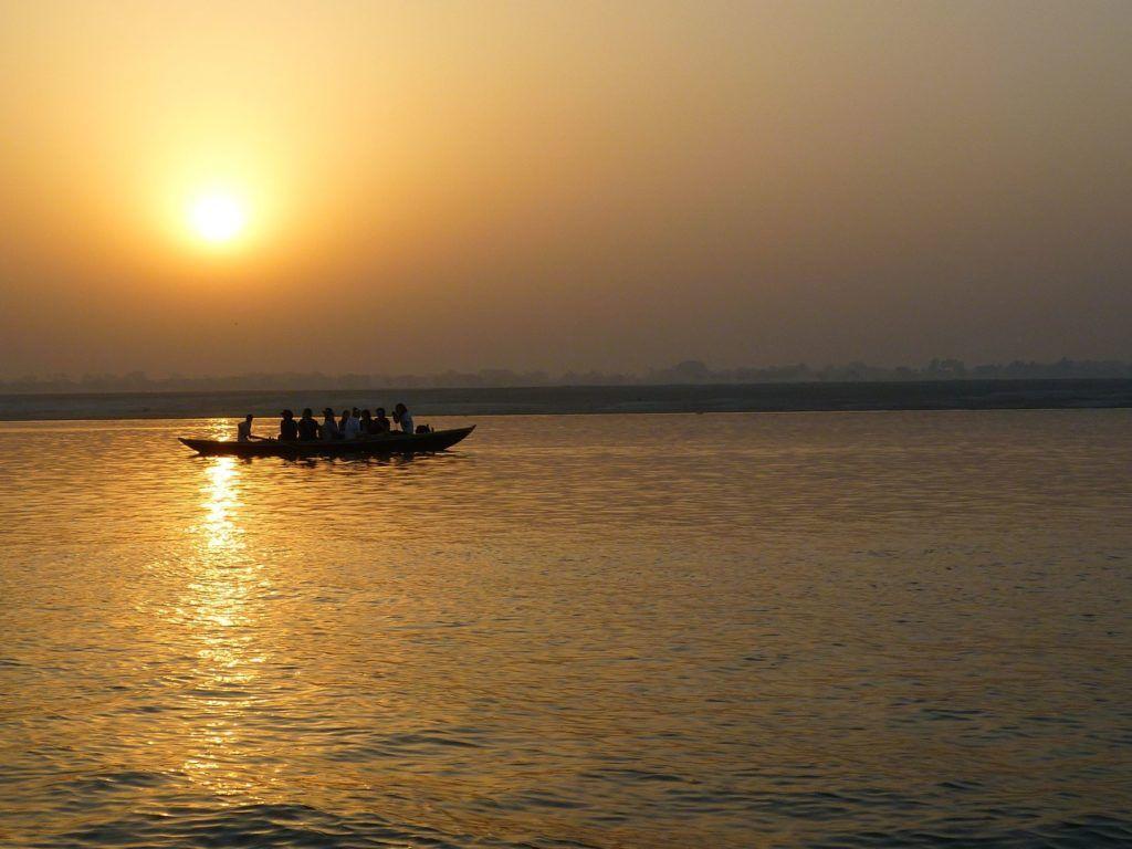 Amanecer en la barca de Varanasi